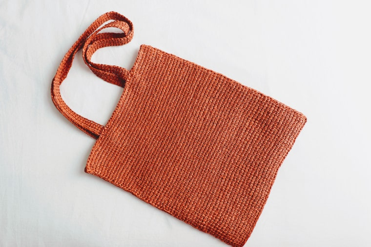 Overview of the Tunisian raffia tote